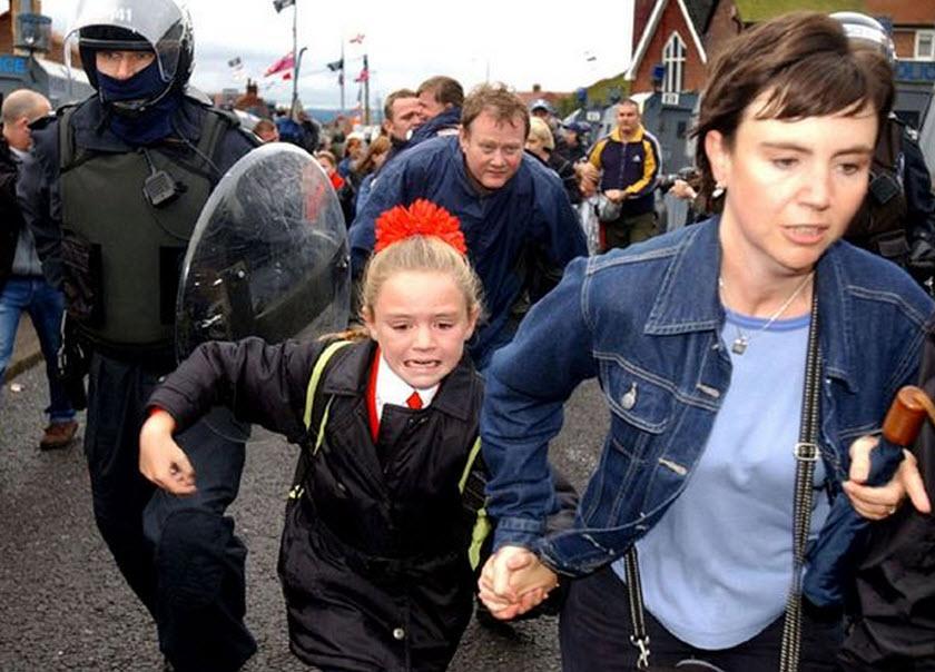 Holy Cross Girls Primary School, Belfast, under siege by British Unionist gangs, 2001 (Photo: Justin Kernoghan)