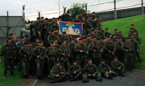 British soldiers of the RIR unit with a flag supporting the anti-Catholic and Protestant fundamentalist Orange Order in Drumcree, 2002