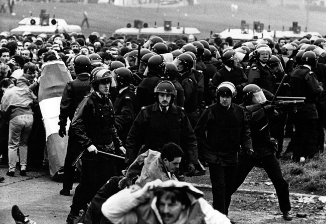 The RUC, the notorious disbanded forerunner of the PSNI, show their respect for funerals in Ireland by smashing and shooting their way through one. These are the scenes the Continuity RUC would love to have back, hey boys?