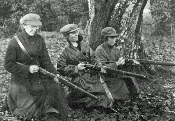 Photo of Mae Burke, Eithne Coyle and Linda Kearns, Cumann na mBan revolutionaries, taken shortly after they escaped from a British POW camp, in Carlow, Ireland 1921